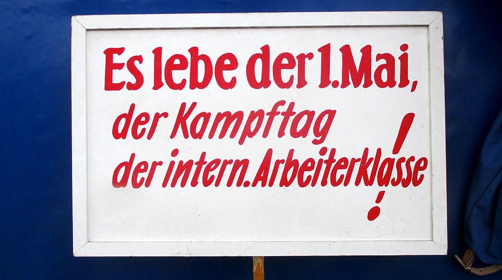 """DDR – Schild um 1960 – """"Es lebe der 1. Mai, der Kampftag der intern. Arbeiterklasse!"""" Foto (cc-Lizenz): Wikimedia Commons, Lupus in Saxonia"""