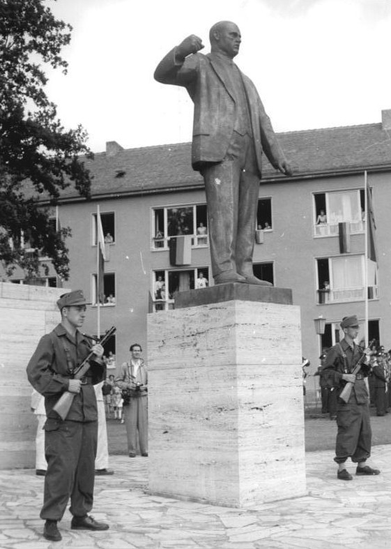 Angehörige der Kampfgruppen der Arbeiterklasse bei der Denkmals-Einweihung am 17. August 1958, Foto: BArch 183-57700-0004