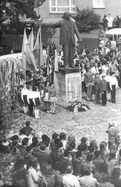 Pioniere und FDJ-Mitglieder am Denkmal auf dem Platz der 56000. 9. Juni 1974, Foto: BArch: 183-N0609-0102